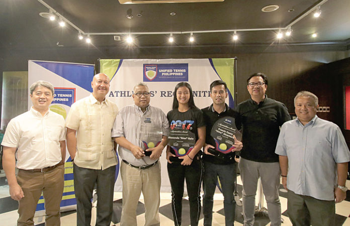 Tennis body honors top players